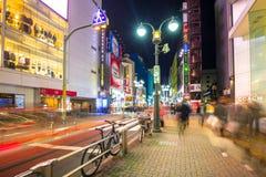 涩谷区拥挤的街在东京在晚上,日本 免版税库存图片