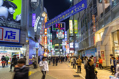 涩谷区拥挤的街在东京在晚上,日本 免版税库存照片