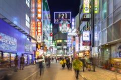 涩谷区拥挤的街在东京在晚上,日本 库存照片