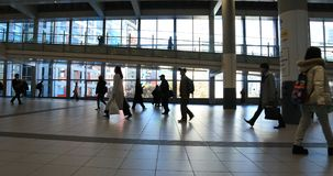 涩谷驻地的走的人自东京白天 影视素材