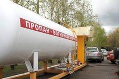 液体丙烷加油站全景 填装液化气的LPG驻地到车坦克里 免版税库存图片