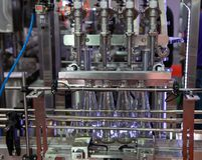 液体填装的瓶机器 免版税库存图片