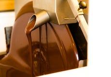 液体巧克力mixerl在chcolate工厂 免版税图库摄影