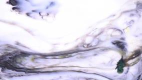 液体油漆的美好的行动在乳状物质的,艺术概念 投入肥皂下落的反应对墨水在牛奶 股票视频
