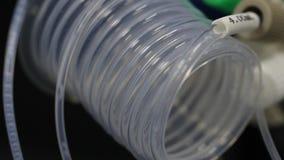 液体流经一个透明管子 特别设备在可变的调动的实验室 医疗设备为 库存照片