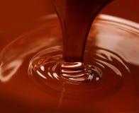 液体热巧克力倾吐 库存照片