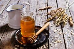 液体甜蜂蜜 库存照片