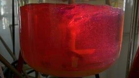 液体由一个特别设备混合五颜六色的烧瓶的特写镜头  股票录像
