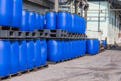 液体的蓝色塑料存储磁鼓容器在化学制品Pl 免版税库存照片