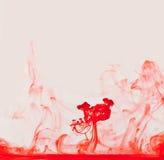 液体红色上升的烟 免版税库存图片