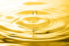 液体金下落和波纹 免版税库存照片