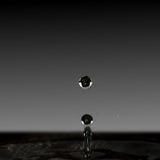 水滴液体,水黑暗的滴形成了柱子 库存照片
