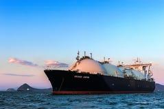 液化天然气载体在日落的盛大Aniva在不冻港港的路  俄国的远东 东部(日本)海 31 03 2014年 免版税图库摄影