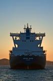液化天然气载体在日落的盛大Aniva在不冻港港的路  俄国的远东 东部(日本)海 31 03 2014年 免版税库存照片