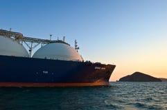 液化天然气载体在日落的盛大Aniva在不冻港港的路  俄国的远东 东部(日本)海 31 03 2014年 图库摄影