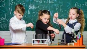 液态的研究 E ( 女孩和男孩品行实验 库存图片