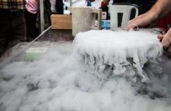 从液氮创造的氮气蒸汽被暴露在周围温度 库存图片