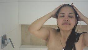淋浴洗涤的长的头发的美丽的妇女 库存照片