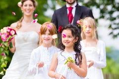 淋浴花的婚礼夫妇和女傧相 库存图片