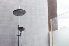 淋浴喷头在卫生间里,家庭内部设计  免版税库存图片