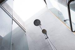 淋浴喷头在卫生间里,家庭内部设计  免版税图库摄影