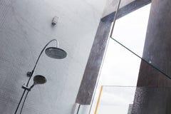 淋浴喷头在卫生间里,家庭内部设计  库存图片