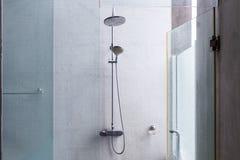 淋浴喷头在卫生间里,家庭内部设计  图库摄影