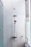 淋浴喷头在卫生间里,设计家庭内部室外 免版税库存照片