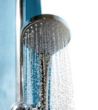 淋浴喷头在有水小河的卫生间里 库存图片