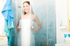 淋浴在阵雨客舱小卧室的妇女 免版税图库摄影