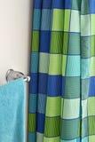 淋浴帘和毛巾架 免版税图库摄影