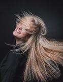 淘气傲慢的金发碧眼的女人 免版税图库摄影