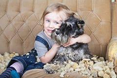 淘气孩子和小狗 免版税库存照片