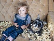 淘气孩子和狗 免版税库存照片