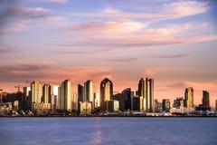淡光的圣地亚哥江边地平线 免版税库存图片