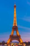淡光的艾菲尔铁塔在晚上在巴黎,法国 免版税库存图片