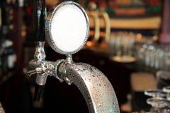 淡啤酒草稿轻拍 库存图片