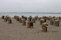 淡季海滩睡椅 库存图片