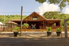 淡季的一家闭合的海滩餐馆 免版税库存照片