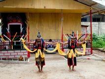 巴淡岛,印度尼西亚- 2012年12月7日:执行行动的当地居民在传统服装 免版税库存图片