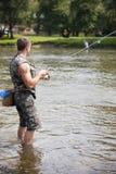 淡水淡水鳔形鱼的一个钓鱼者捕鱼 免版税库存照片