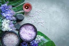 淡紫色与蜡烛和岩石温泉的芳香疗法温泉 泰国温泉放松治疗并且按摩具体背景 健康的概念 图库摄影