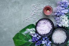 淡紫色与蜡烛和岩石温泉的芳香疗法温泉 泰国温泉放松治疗并且按摩具体背景 健康的概念 免版税库存照片