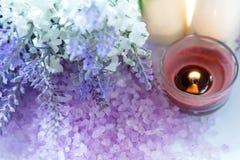 淡紫色与蜡烛的芳香疗法温泉 泰国温泉放松治疗和按摩白色背景 健康的概念 库存照片