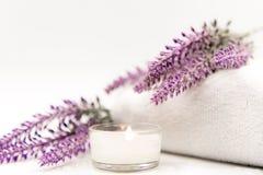 淡紫色与蜡烛的芳香疗法温泉 泰国温泉放松治疗和按摩白色背景 库存图片