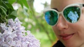 淡紫色关闭在少女的面孔的太阳镜被反射 影视素材