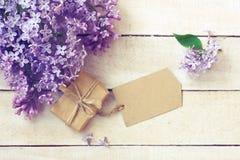 淡紫色分支花束,礼物盒,纸标签 免版税库存照片