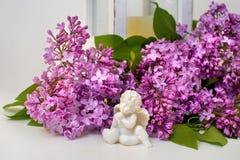 淡紫色开花和天使雕塑浪漫静物画  免版税库存照片