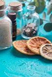 淡紫色烘干了在白色的花与海盐和精油在瓶 文本的空间 定调子 宏观照片 温泉和放松骗局 免版税库存照片