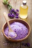 淡紫色盐和精油 库存图片